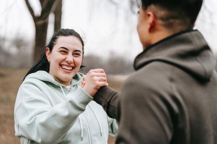 Eine junge Frau und ein junger Mann freuen sich